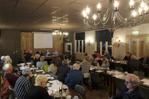 Een overzichtsfoto van de aanwezigen bij het overleg tussen plaatselijk belang Dalen en een vertegenwoordiging van de gemeente Coevorden.