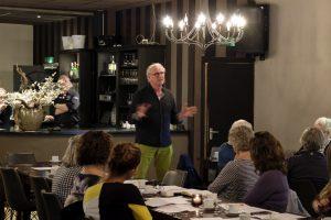 Foto van een inspreker tijdens het overleg tussen plaatselijk belang Dalen en een vertegenwoordiging van de gemeente Coevorden.