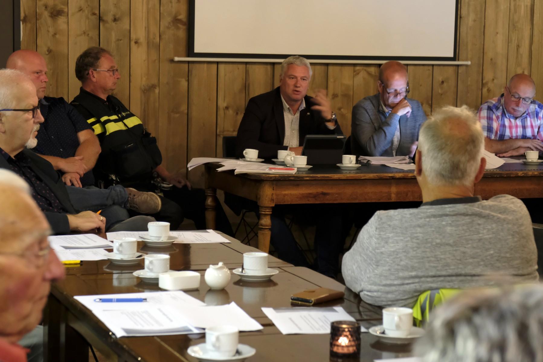 Foto van wethouder Zwiers tijdens het overleg tussen plaatselijk belang Dalen en vertegenwoordiging van de gemeente Coevorden.