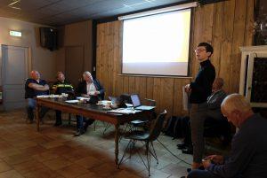 Foto van een spreekster tijdens het overleg tussen plaatselijk belang Dalen en een vertegenwoordiging van de gemeente Coevorden.