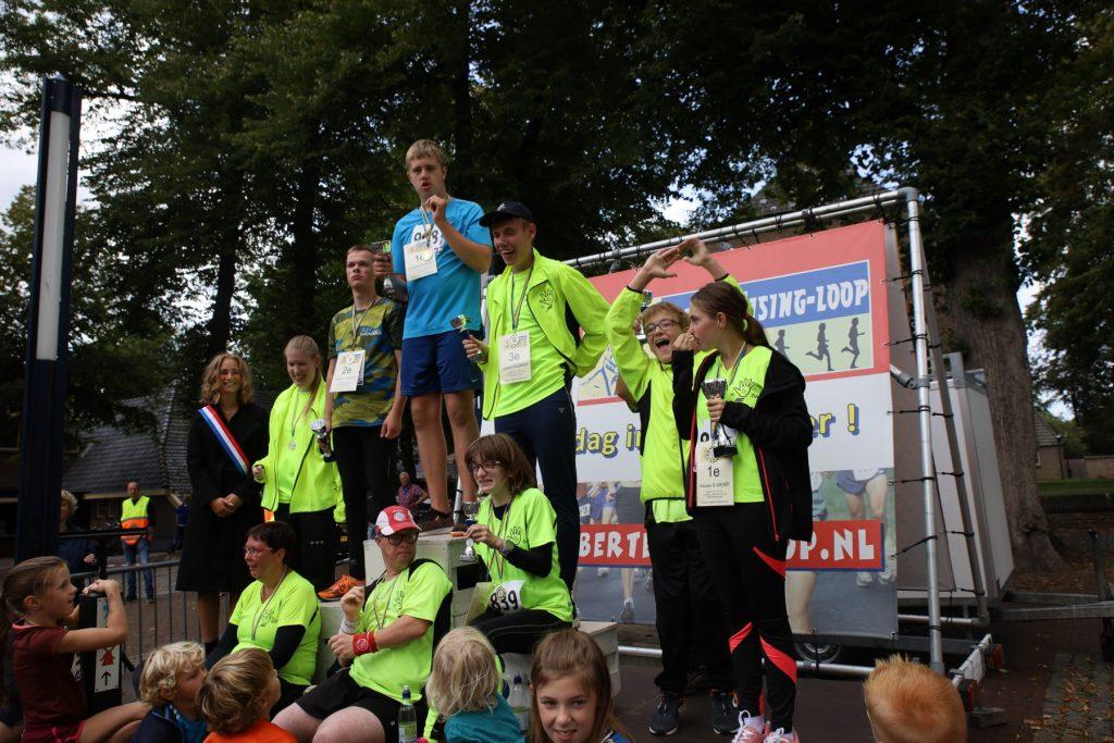 Op de foto staan de G-lopers op het podium bij de Albert Eisingloop in Dalen in september 2019.