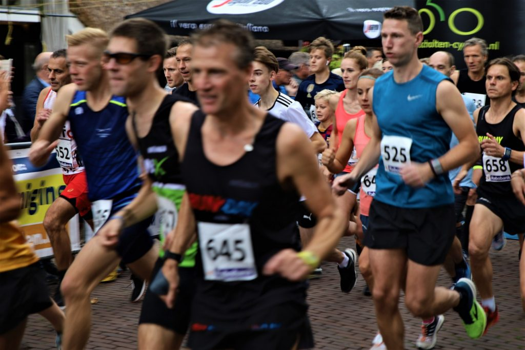 Foto van de start van de senioren bij de Albert Eisingloop in Dalen in september 2019.