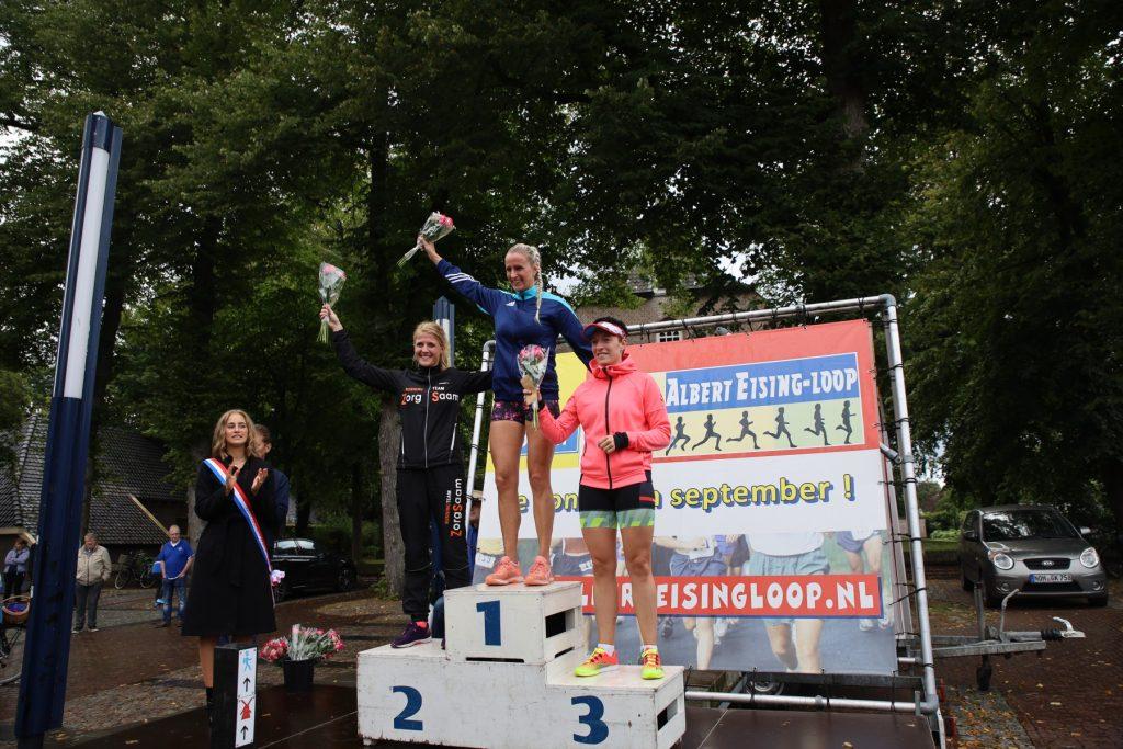 Foto van de winnaars bij de dames bij de Albert Eisingloop in Dalen in september 2019.