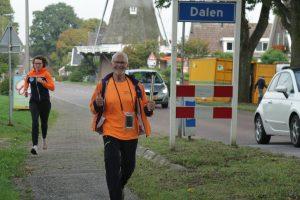 Foto van de fakkeldrager in het dorp Dalen tijden de fakkeloptocht Drenthe; sept. 2019.