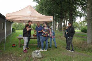 """Foto van aantal wandelaars en verzorgers van de Fakkeloptocht Drenthe bij een """"koffiepost"""" aan de Bente in Dalen; september 2019."""
