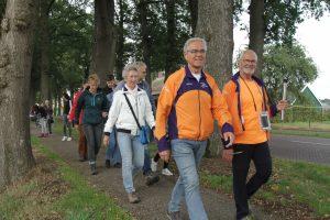 Foto van een aantal wandelaars van de Fakkeloptocht Drenthe. Ze verlaten het dorp bij de Bente richting Coevorden; september 2019.