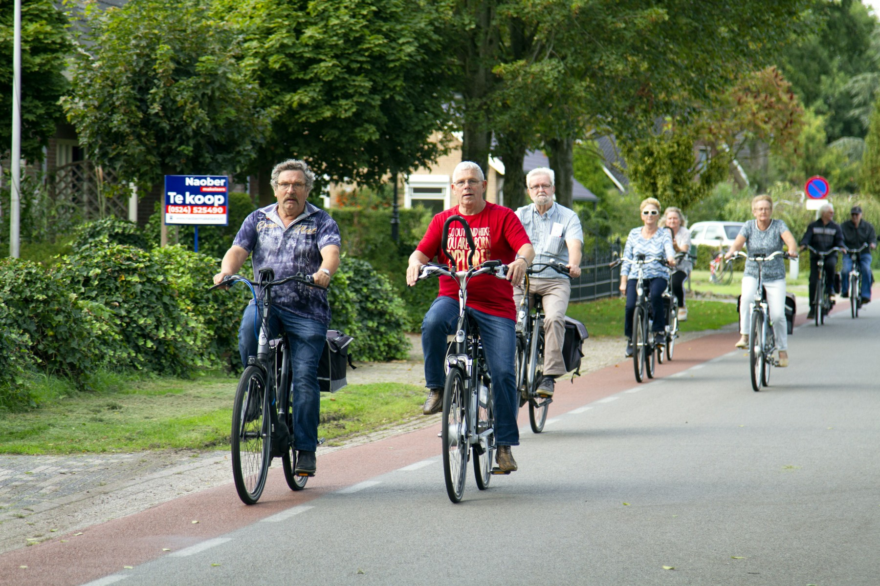 Foto van fietsers die meedoen aan kleintje fiets4daagse, ergens onderweg.