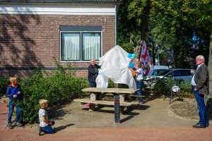 Foto onthulling dorpsplein Wachtum
