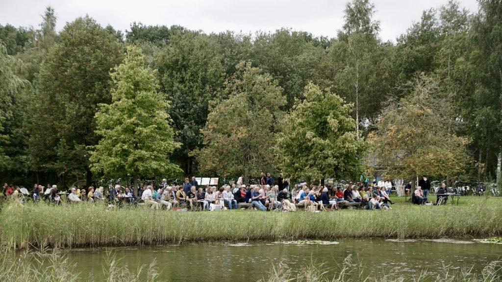 """Foto van het publiek bij het optreden van de popzanggroep """"Van 10 tot 12"""" in de Daoler Tuun; september 2019."""