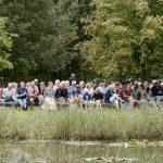 """Foto van een deel van de bezoekers bij het optreden van de popzanggroep """"Van 10 tot 12"""" in de Daoler Tuun; september 2019."""