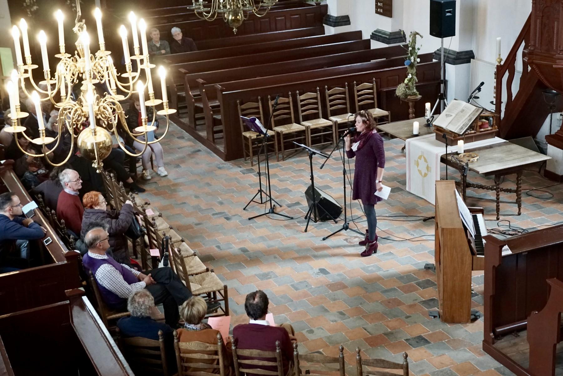 Foto van zangeres tijdens miniconcert in NH kerk in Dalen; okt.2019.