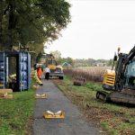 Foto van shovels op het fietspad van Coevorden naar Dalen bezig met het vervangen van de gasleiding.