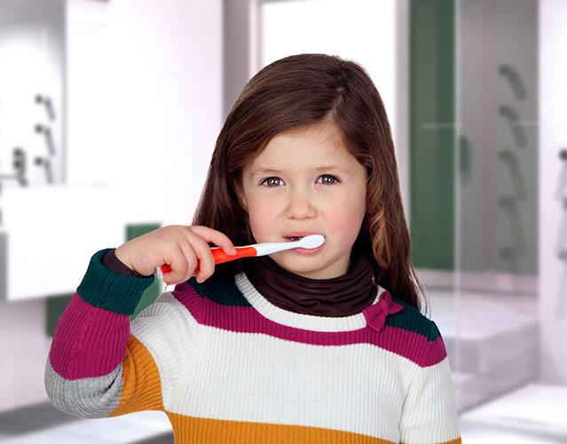 Foto meisje dat tanden poetst voor Tandartsenpraktijk Kuik en Wittenberg