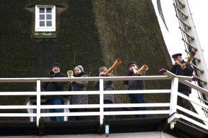 foto van de vijf midwinterhoorn blazers op de molen Jan Pol; december 2019.