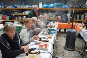 """Kniperties bakken door de Rotary Coevorden-Dalen voor """"Kerst op het plein"""" in Dalen."""