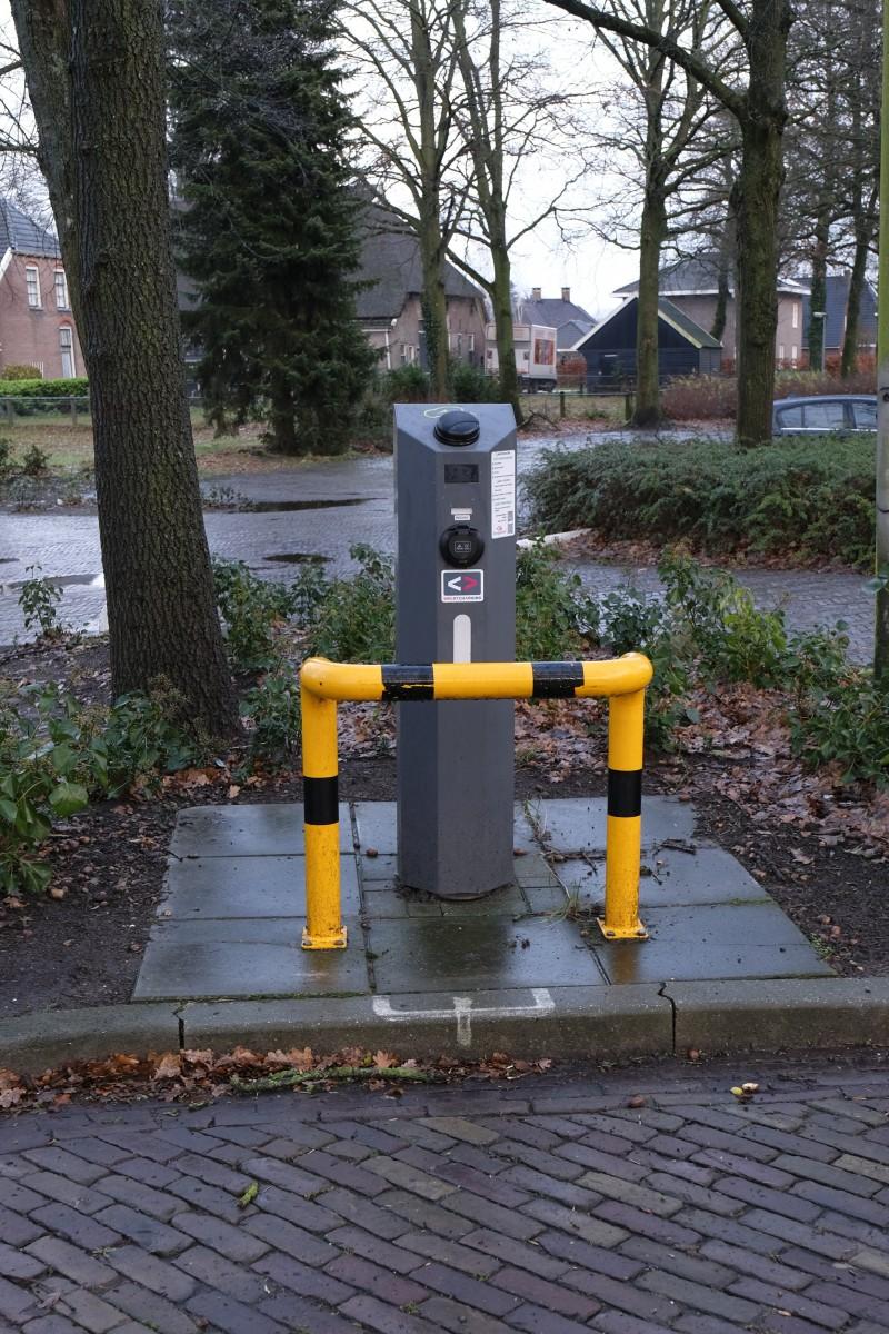 Foto van laadpaal voor electrische auto's aan de Brinken in Dalen.