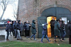 Foto wandelaars winterwandeling Kerst op het Plein bij Museummolen Jan Pol