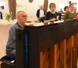 Foto Tjako van Schie met groep achter de piano
