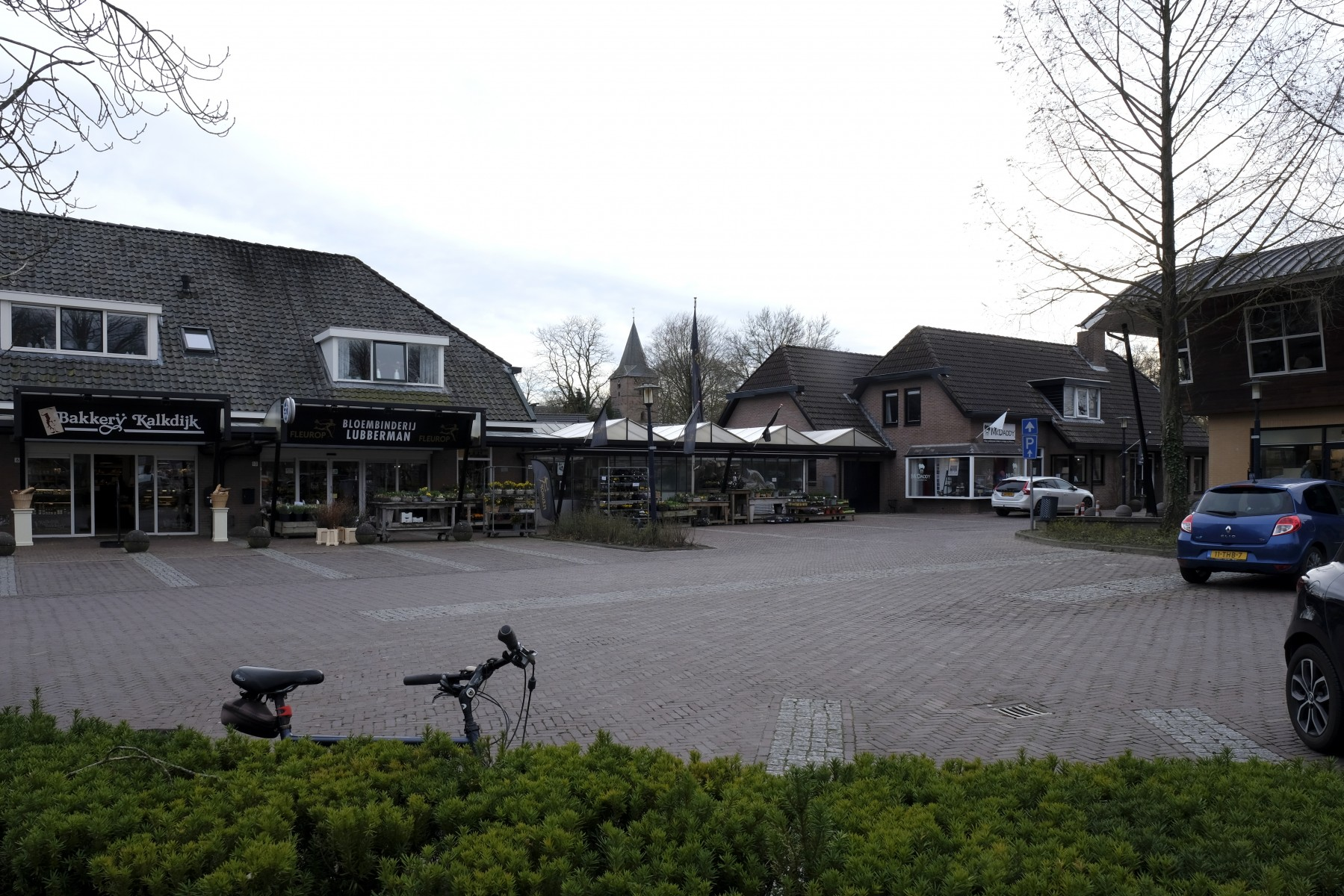 Foto van winkels aan De Waag in Dalen