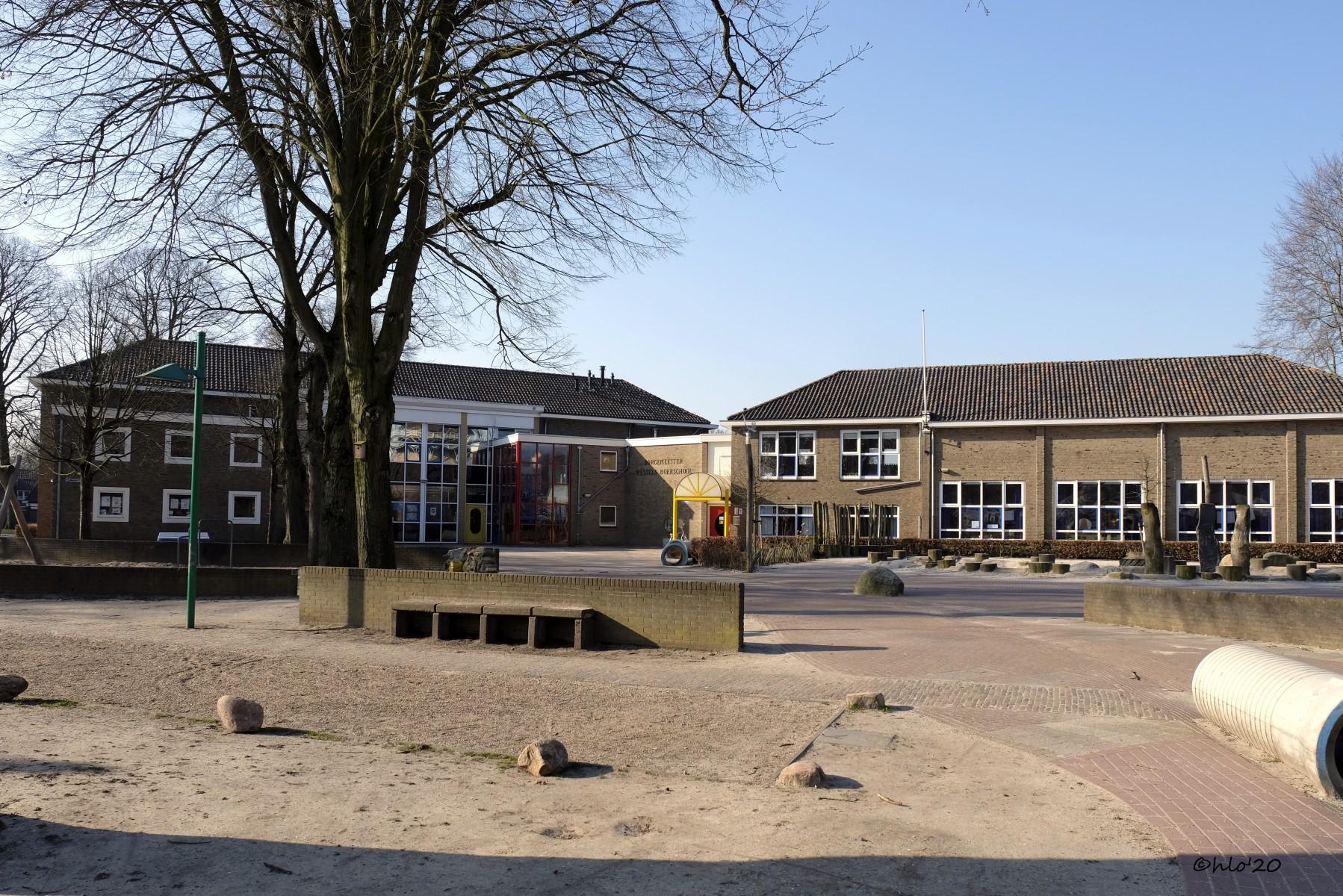 Foto van het Doeplein bij de BWBschool; op het plein spelen geen kinderen in verband met Corona-epidemie.