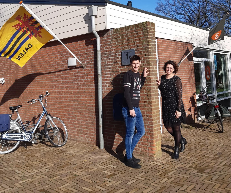Foto opbouwwerkers Maatschappelijk Welzijn Coevorden voor de bibliotheek in Dalen