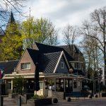 Foto van restaurant Cornelis en de dorpskerk in de lente