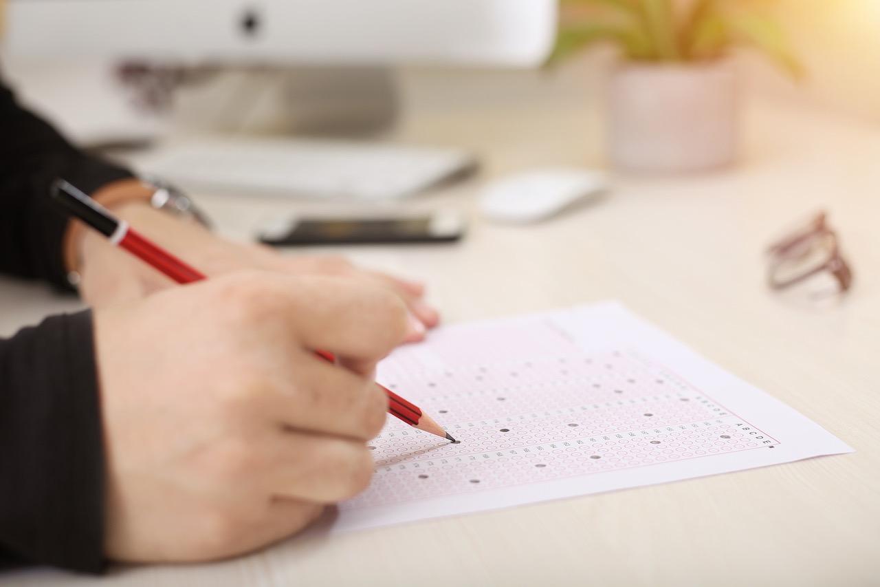 Foto schrijvende leerling