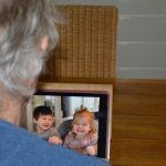Foto skypende opa met kleinkinderen