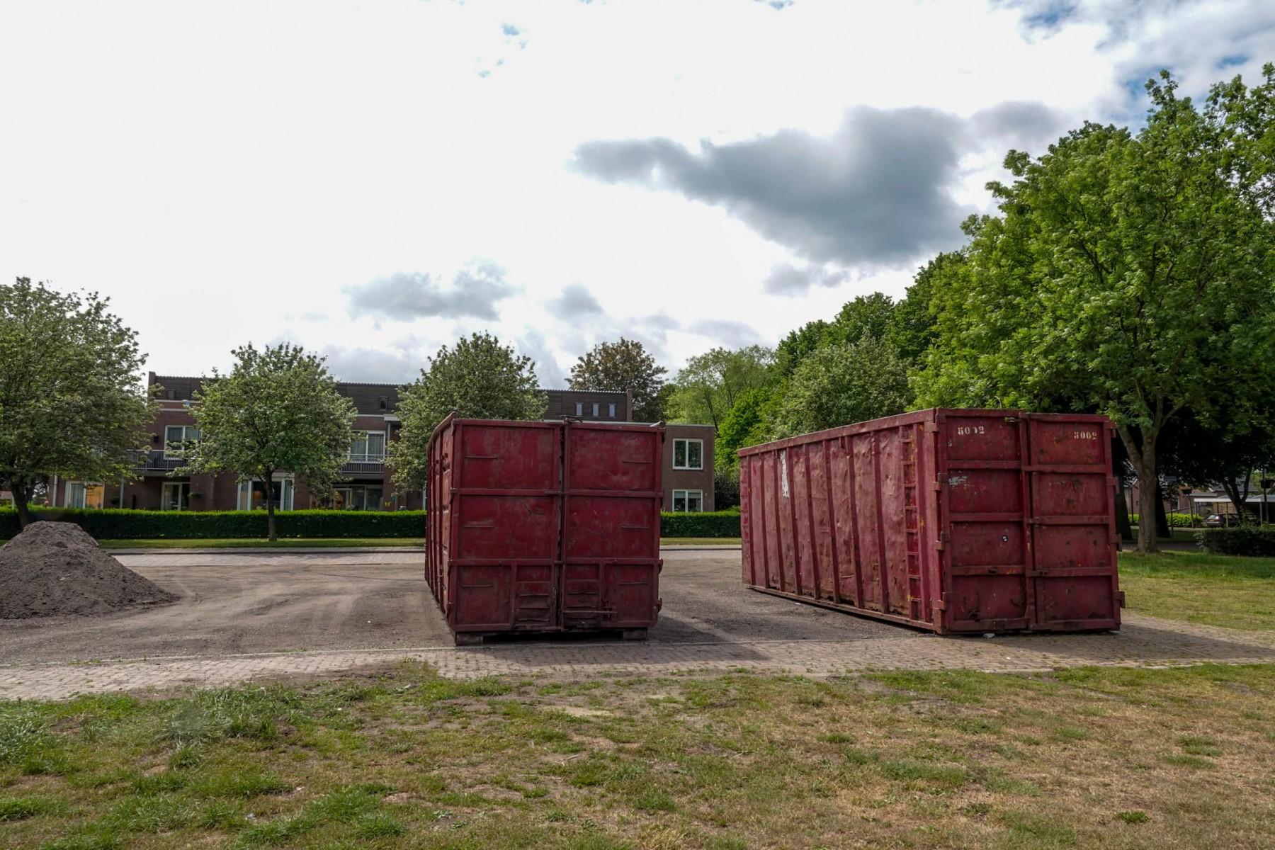Foto oud-papiercontainers bij de Selkersgoorn in Dalen