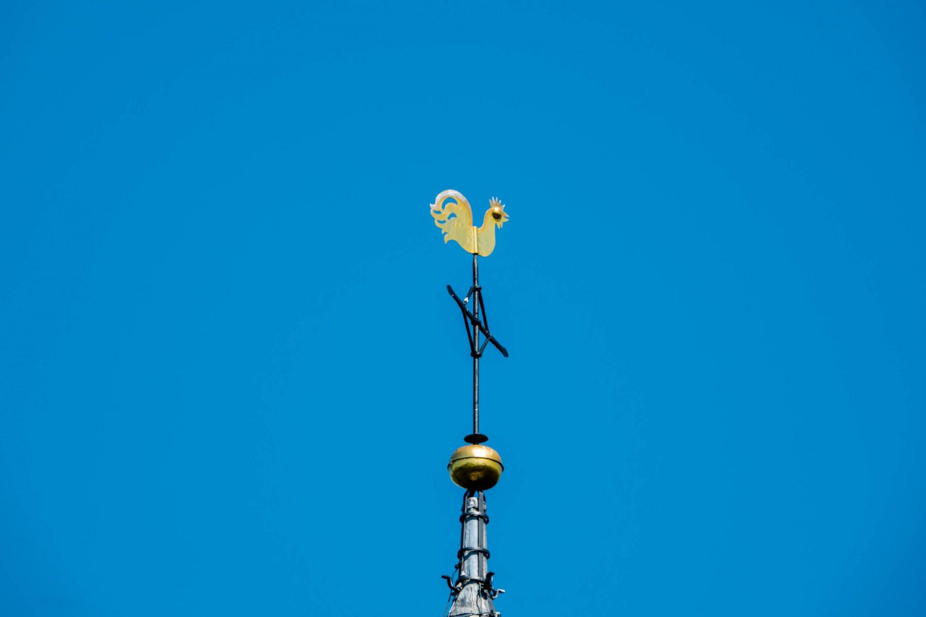 Foto haan op kerktoren Dalen met blauwe lucht