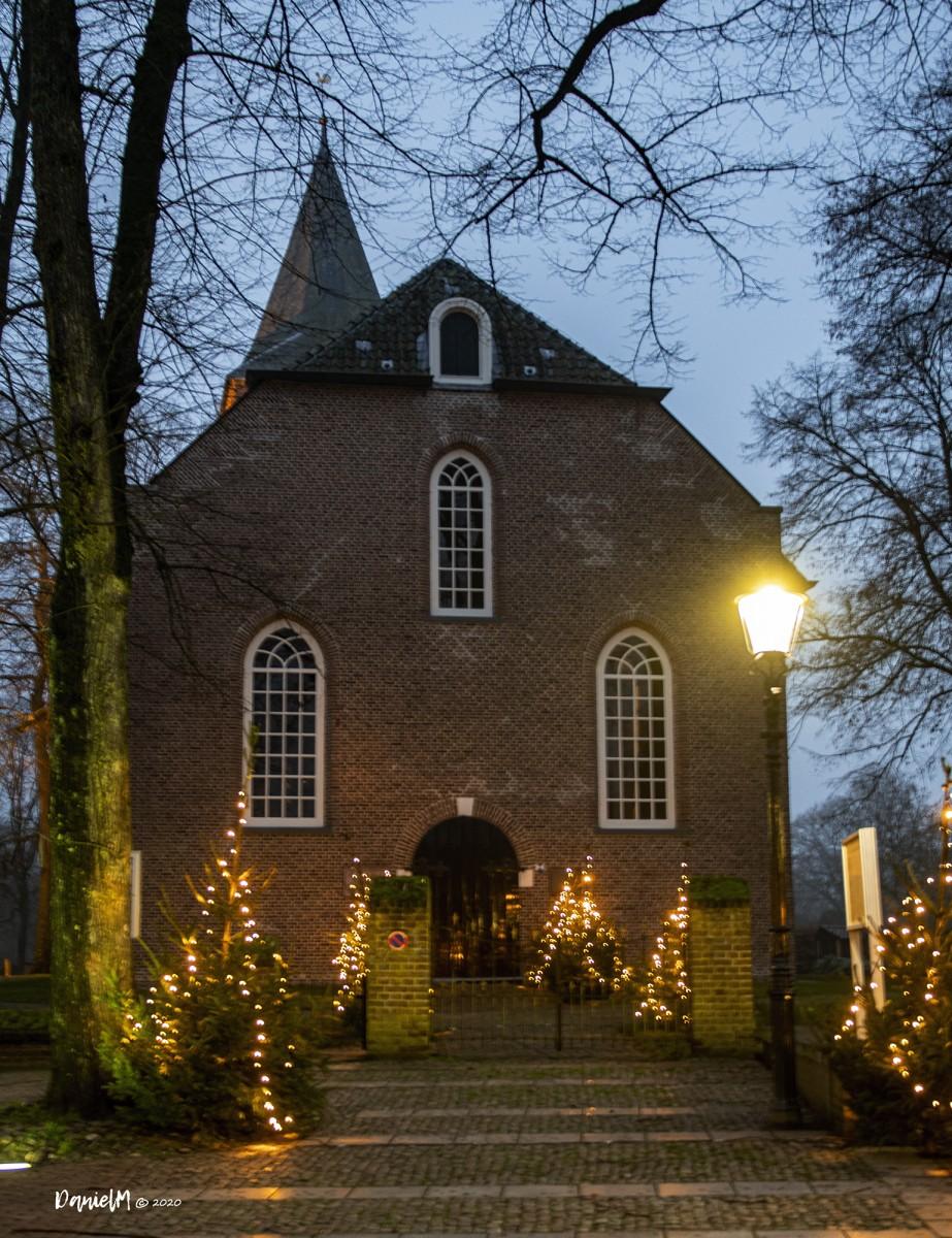 Foto verlichte dorpskerk met kerst centrum Dalen