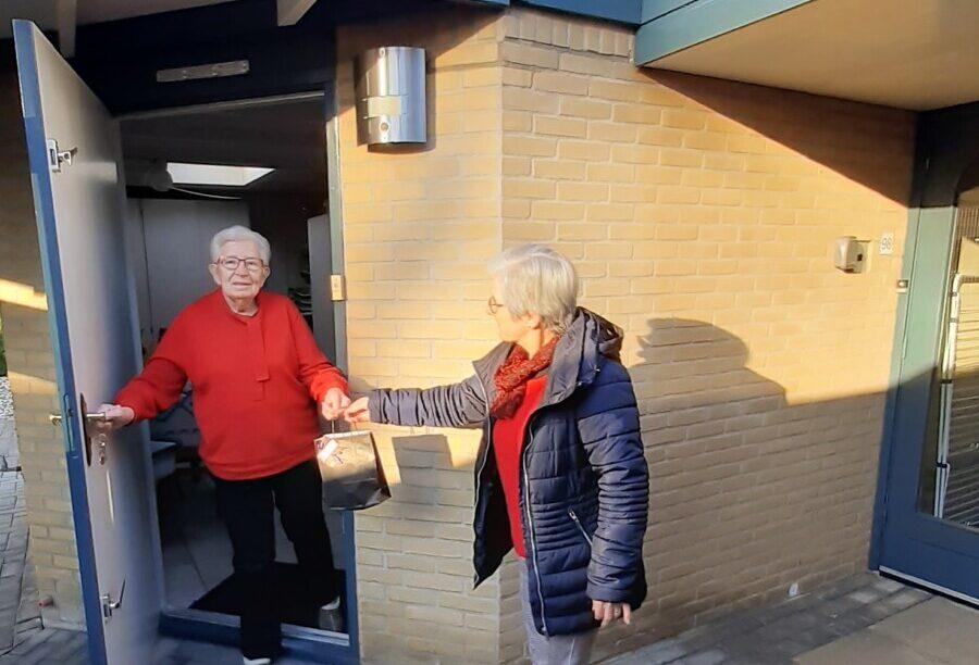 Foto uitdelen presentjes Senioren vereniging Dalen e.o.