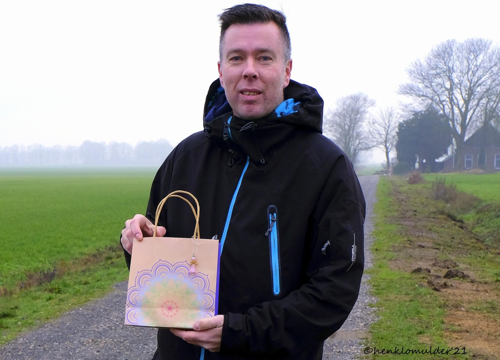 Foto van de prijsuitreiking van de fotowedstrijd van december 2020, door mw. Jenneke ten Napel van atelier Engel in Dalen aan de winnaar Arjen Esschendal uit Dalen.