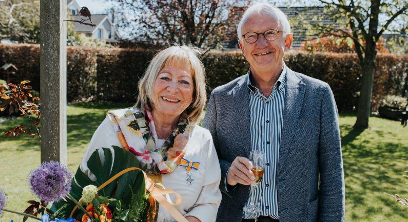 Foto Henny Staal met Koninklijke onderscheiding