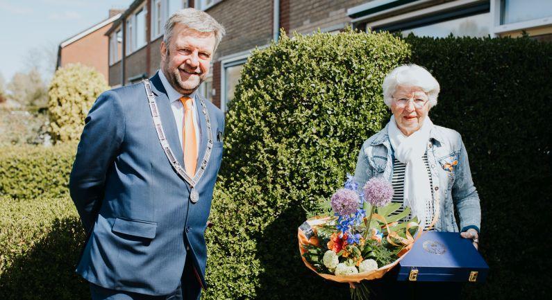 Foto Janny Fledderus met Koninklijke onderscheiding