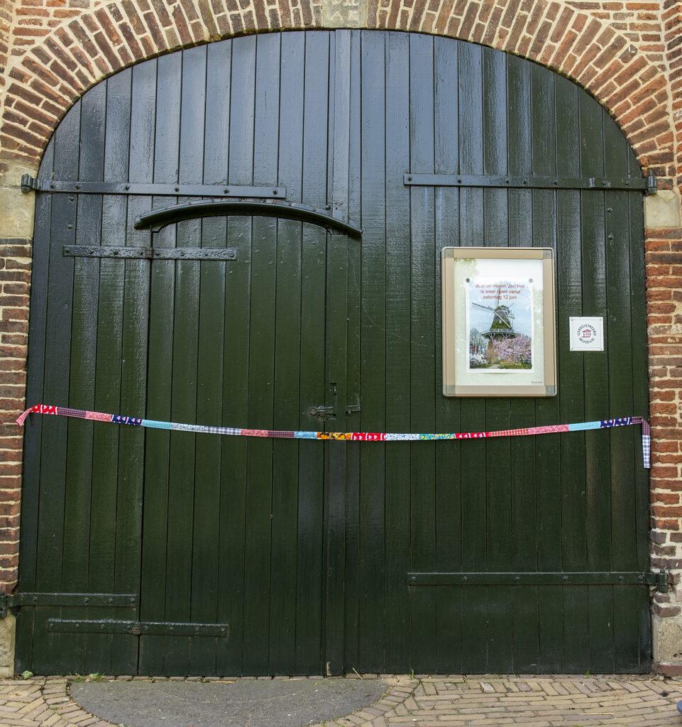 Tentoonstelling bevrijding geopend Jan Pol met lint