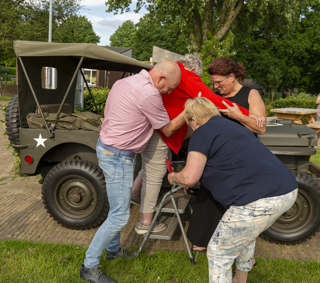 Tentoonstelling bevrijding geopend Jan Pol in de jeep
