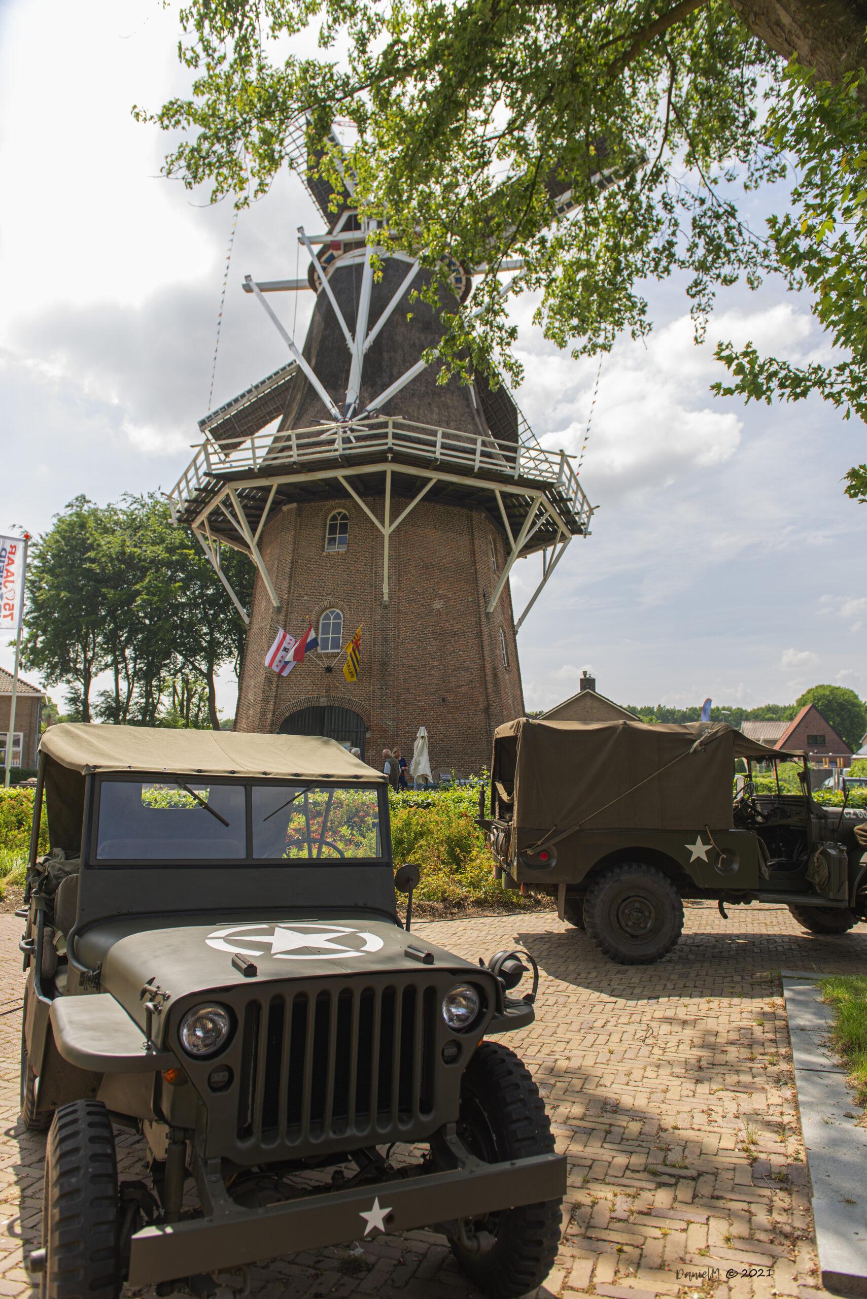 Foto Drentse molendag met Jan Pol en legervoertuigen op het Doeplein