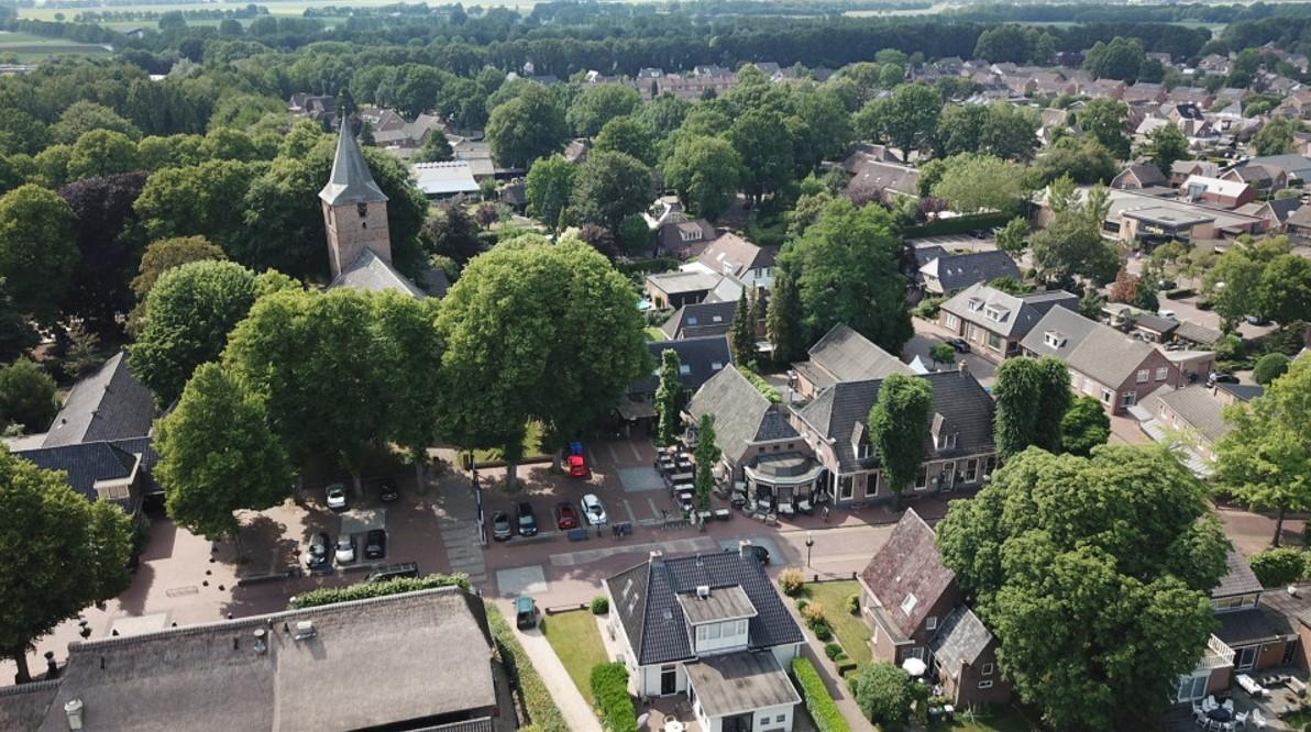 Luchtfoto Centrum Dalen met de dorpskerk