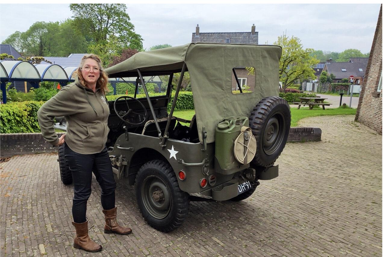 Foto legervoertuig met bestuurder bij museummolen Jan Pol
