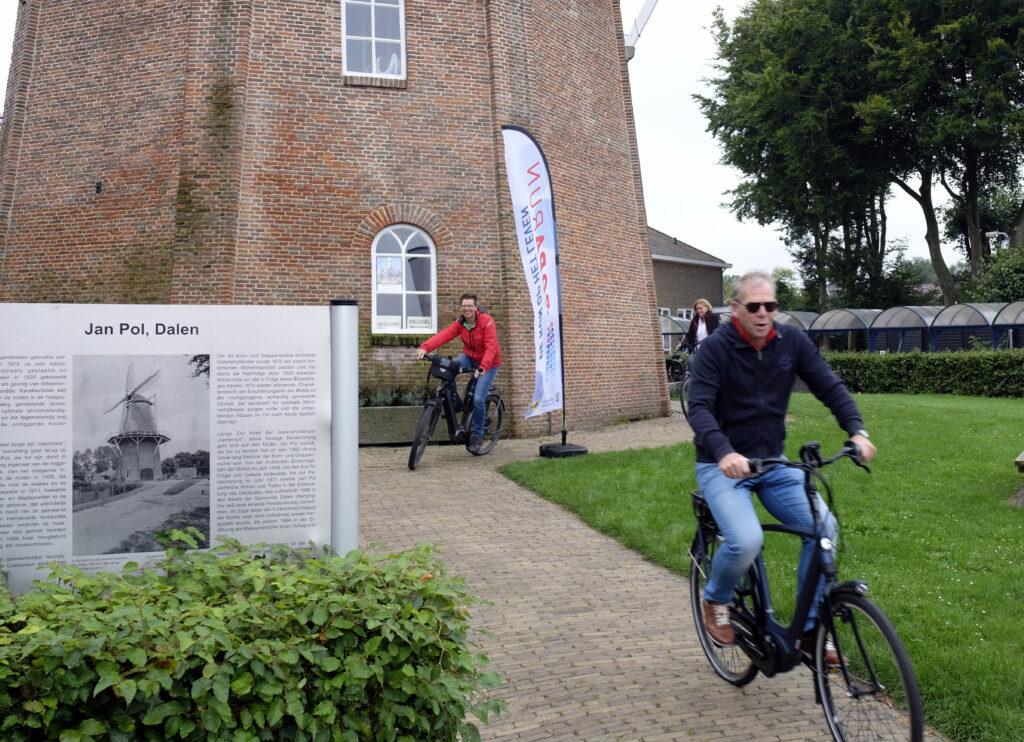 """Start bij de molen Jan Pol van de activiteit """"Fietsen-met-bestek"""", een door de Turfrunners uit Dalen/Coevorden georganiseerde activiteit in het kader van de Roparun."""""""