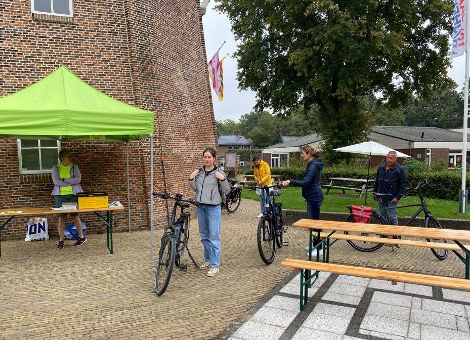 """Inschrijving bij de molen Jan Pol voor de activiteit """"Fietsen-met-bestek, een door de Turfrunners uit Dalen/Coevorden georganiseerde activiteit in het kader van de Roparun.""""Starts fietsen met beste"""